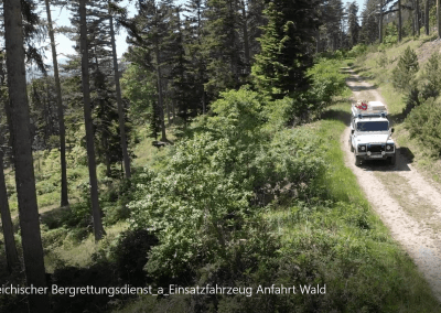 Einsatzfahrzeug Anfahrt Wald